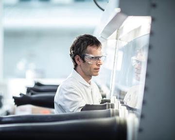 AstraZeneca возобновляет исследования AZD1222 в Великобритании. В чем причина остановки?